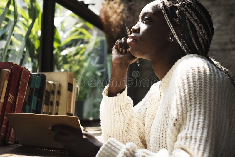 Retrato de la mujer negra con el pelo de los dreadlocks foto de archivo