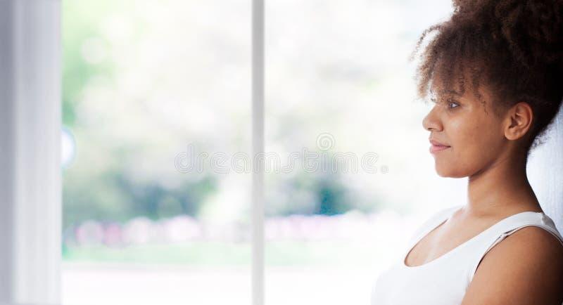 Retrato de la mujer negra hermosa Mujer de piel morena morena de Atractive en un top sin mangas blanco imágenes de archivo libres de regalías