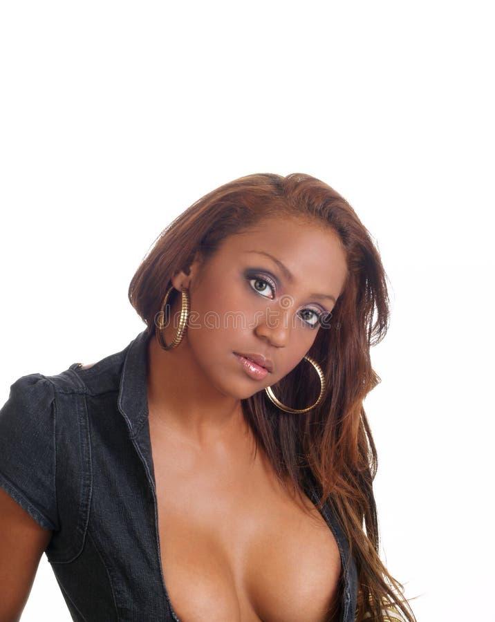 Retrato de la mujer negra joven con hendidura fotos de archivo libres de regalías