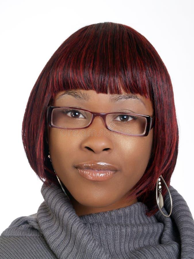 Retrato de la mujer negra joven con los vidrios imagen de archivo