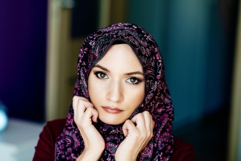 Retrato de la mujer de Oriente Medio árabe hermosa foto de archivo libre de regalías