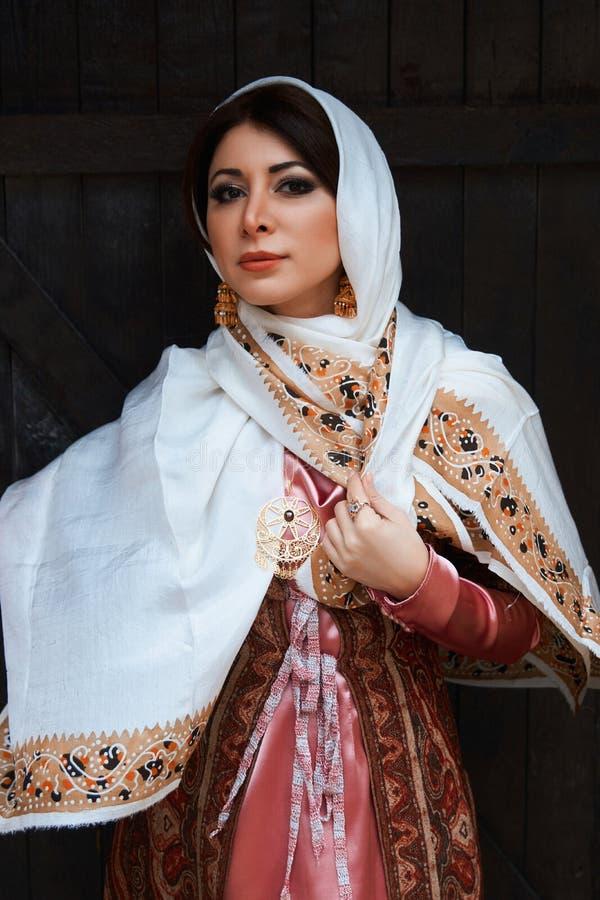Retrato de la mujer de Oriente Medio hermosa que lleva el vestido tradicional fotos de archivo libres de regalías