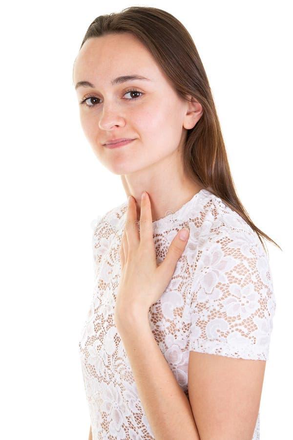 Retrato de la mujer preciosa joven con el pelo largo que presenta con sonrisa buena aislada sobre el fondo blanco foto de archivo libre de regalías