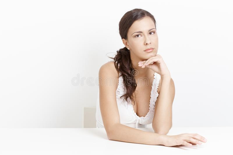 Retrato de la mujer preocupada sobre el fondo blanco imágenes de archivo libres de regalías