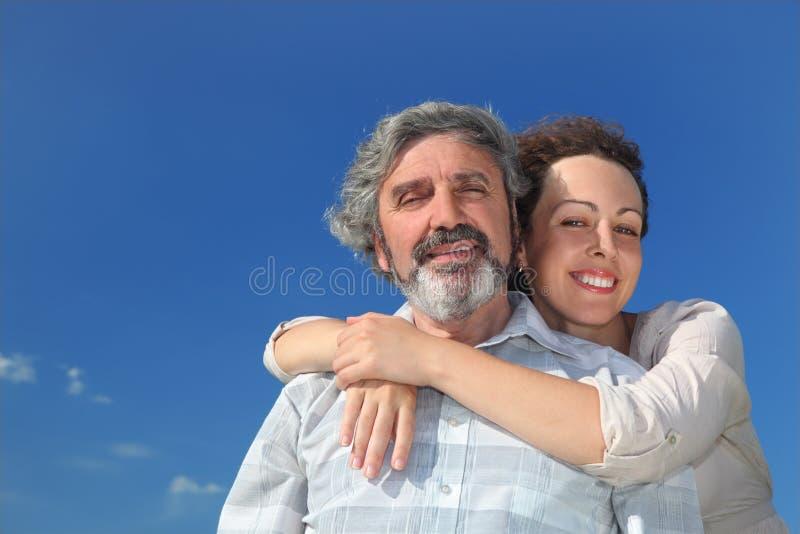 Retrato de la mujer que abraza a su padre fotos de archivo