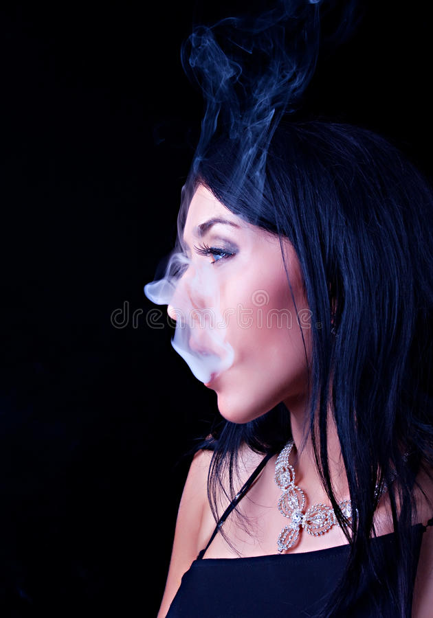 Retrato de la mujer que fuma elegante imagenes de archivo
