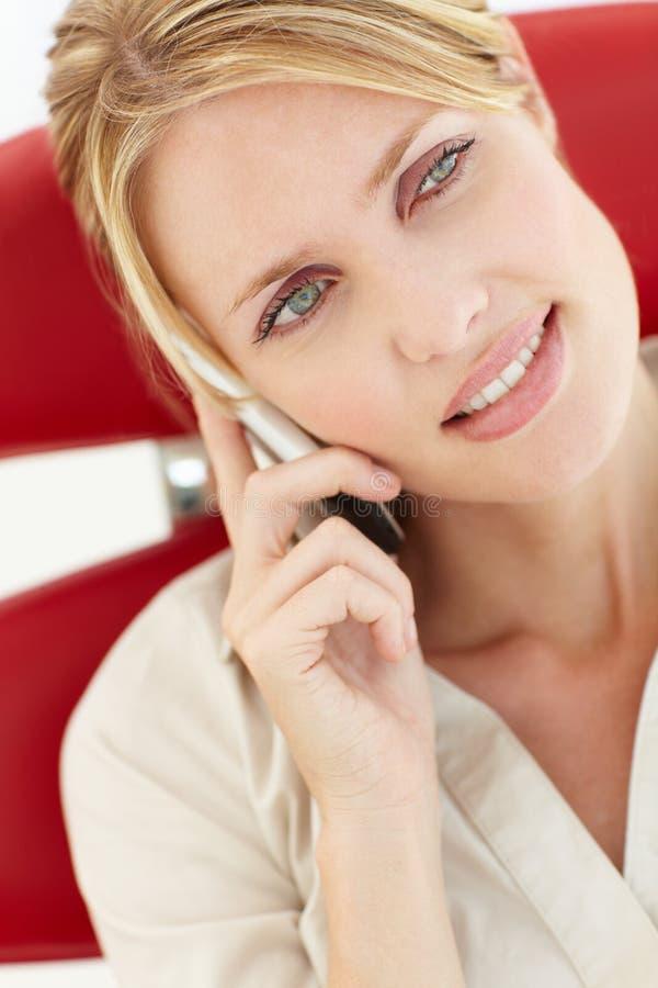 Retrato de la mujer que habla en el teléfono imagen de archivo
