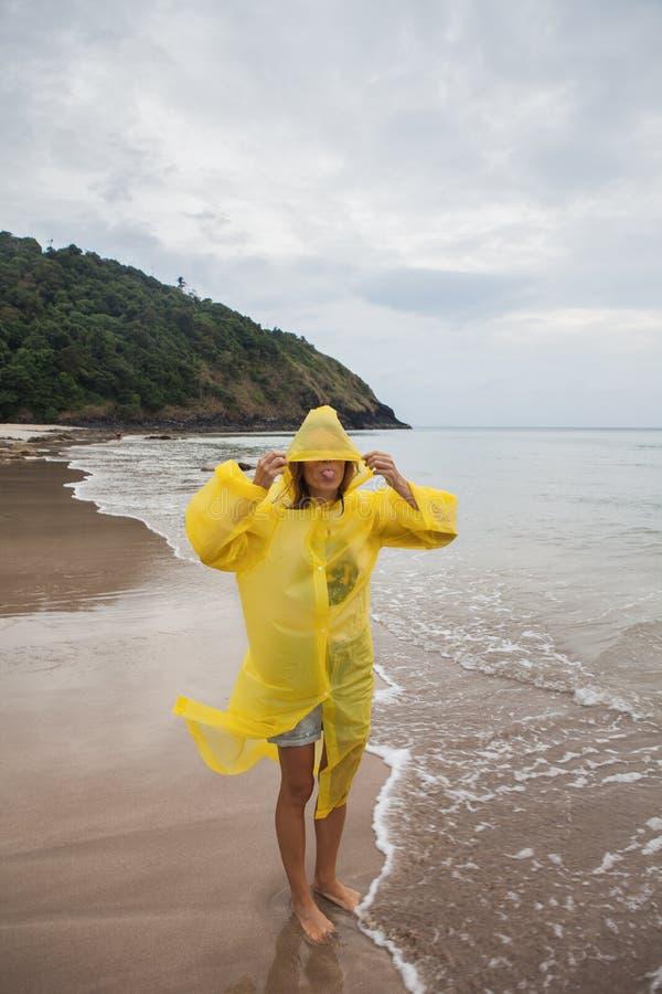 Retrato de la mujer que lleva un impermeable amarillo fotografía de archivo libre de regalías