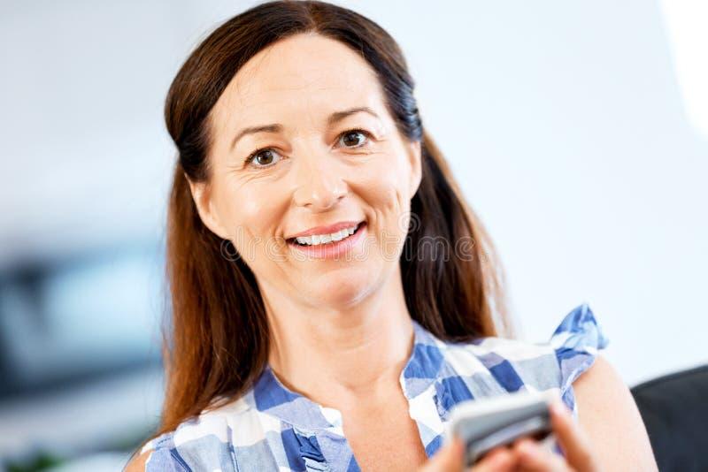 Retrato de la mujer que sostiene el teléfono imagenes de archivo