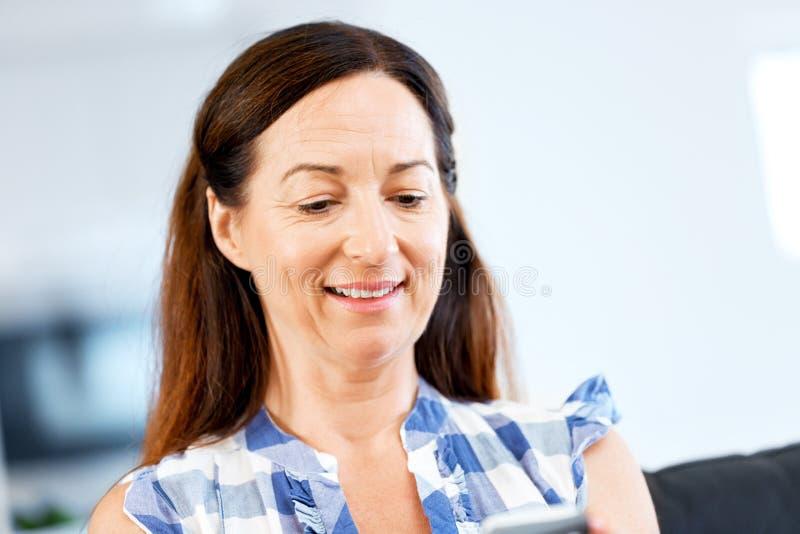 Retrato de la mujer que sostiene el teléfono fotografía de archivo