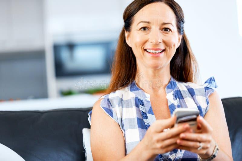 Retrato de la mujer que sostiene el teléfono fotografía de archivo libre de regalías