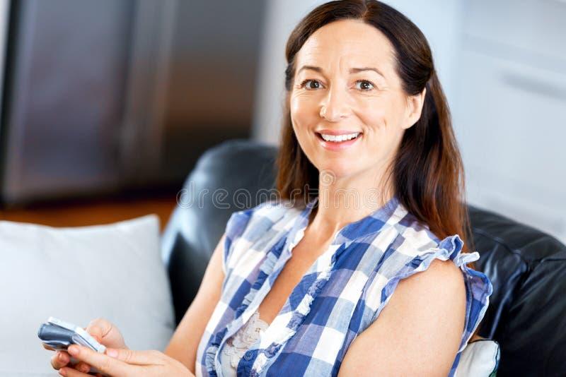 Retrato de la mujer que sostiene el teléfono foto de archivo libre de regalías