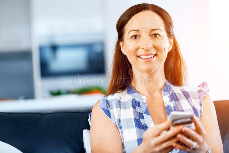 Retrato de la mujer que sostiene el teléfono imágenes de archivo libres de regalías