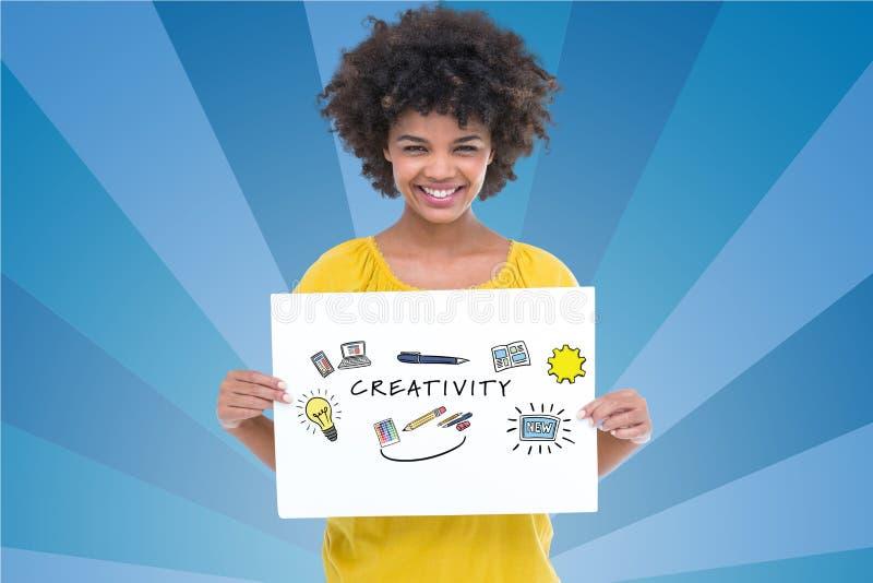 Retrato de la mujer que sostiene la cartelera con el texto de la creatividad contra fondo azul ilustración del vector