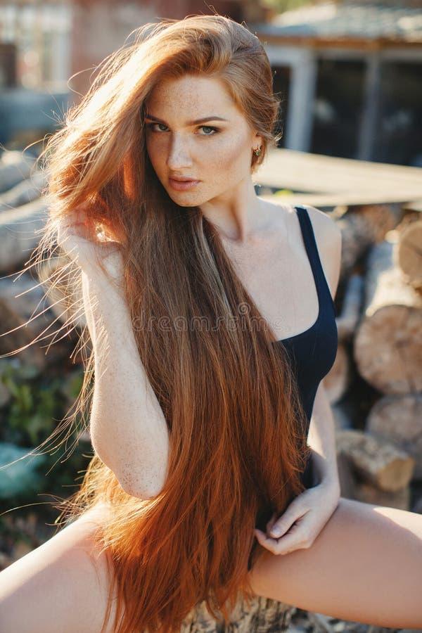 Retrato de la mujer redheaded atractiva en un rancho del país imagenes de archivo