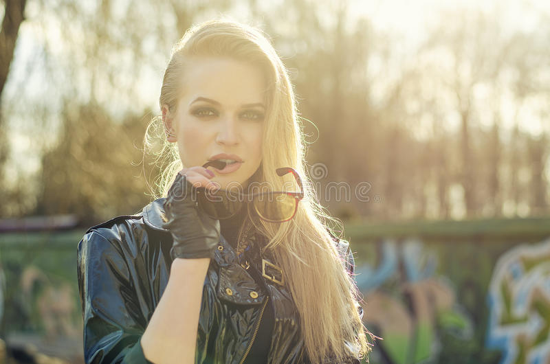 Retrato de la mujer rubia atractiva, gafas de sol elegantes, pelos largos imágenes de archivo libres de regalías
