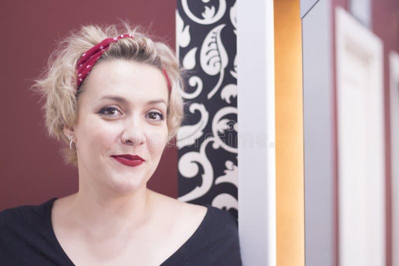 Retrato de la mujer rubia con el pelo corto y el estilo modelo fotografía de archivo