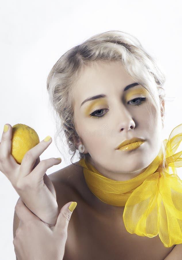 Retrato de la mujer rubia en amarillo foto de archivo libre de regalías