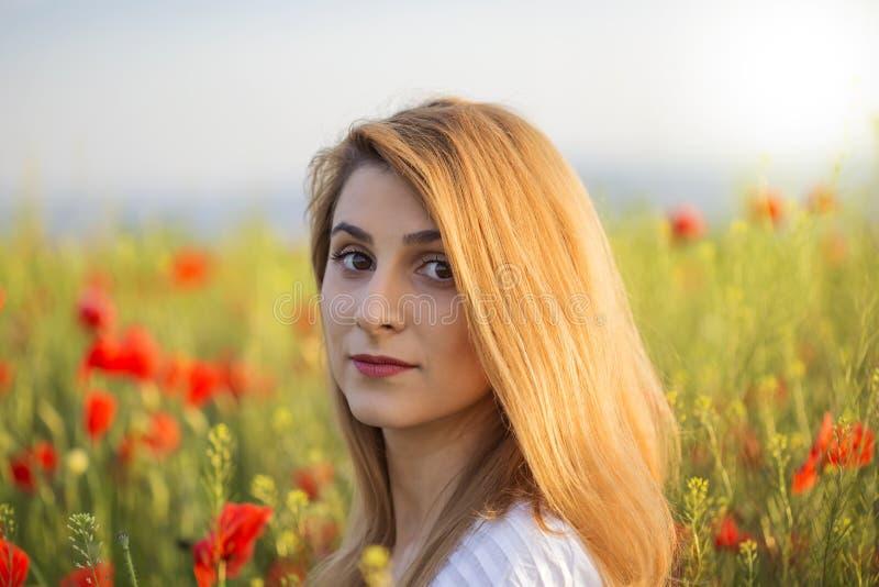 Retrato de la mujer rubia en el campo de amapolas foto de archivo libre de regalías