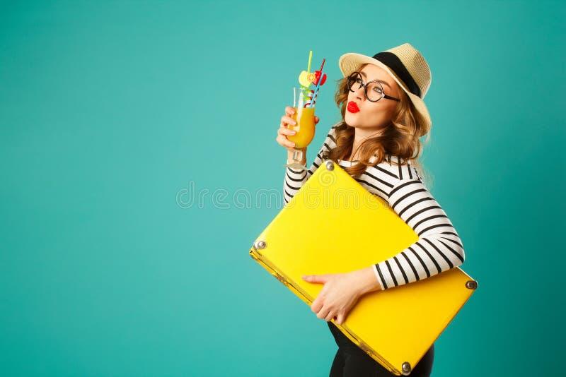 Retrato de la mujer rubia hermosa joven en sombrero con s grande amarillo fotografía de archivo libre de regalías