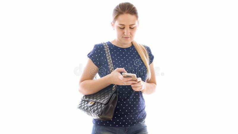 Retrato de la mujer rubia hermosa que usa smartphone foto de archivo