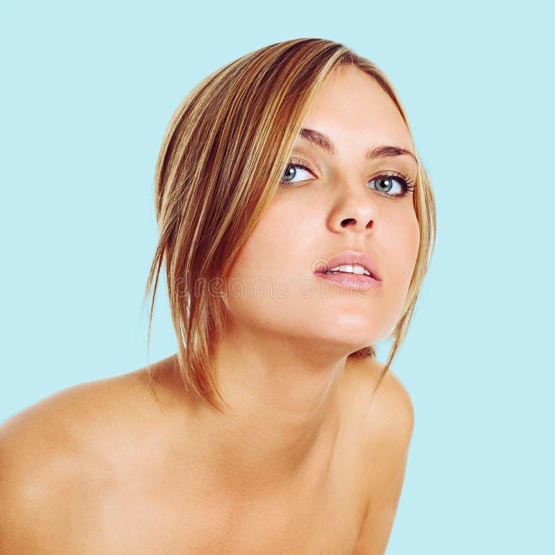 Retrato de la mujer rubia joven hermosa foto de archivo