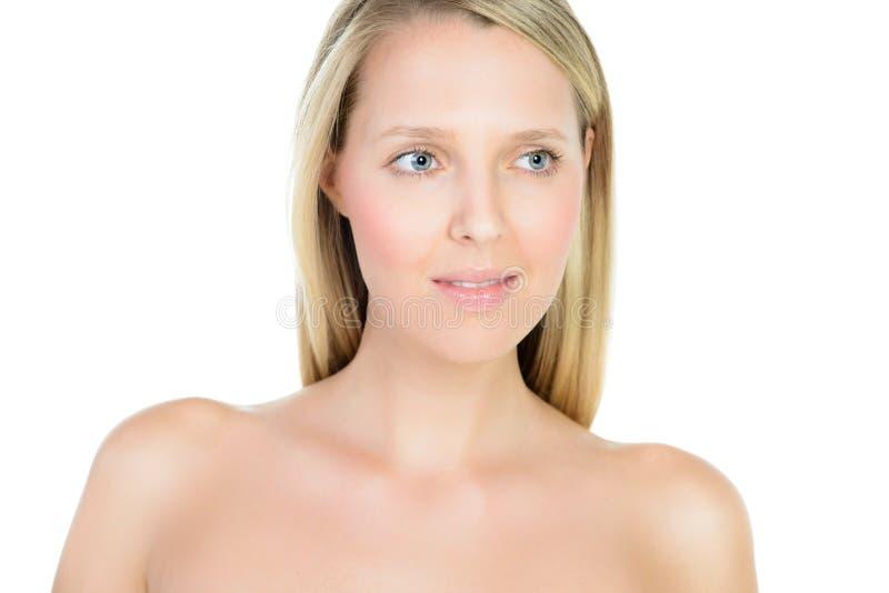 Retrato de la mujer rubia joven hermosa con la cara limpia imagen de archivo