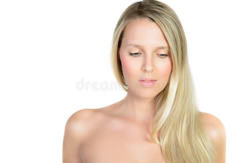 Retrato de la mujer rubia joven hermosa con la cara limpia fotos de archivo libres de regalías