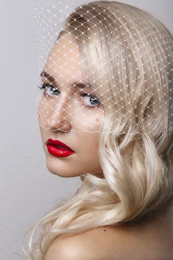 Retrato de la mujer rubia joven hermosa con la cara limpia Labios rojos Retrato del encanto del modelo hermoso de la mujer con ma fotografía de archivo