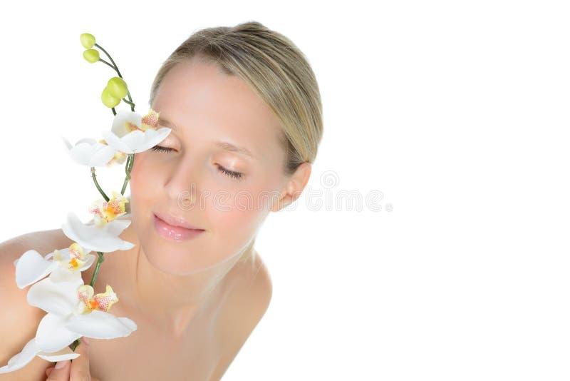 Retrato de la mujer rubia joven hermosa con la cara y la pizca limpias foto de archivo libre de regalías