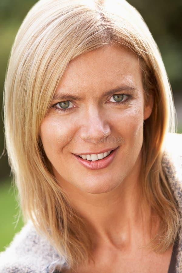 Retrato de la mujer rubia sonriente al aire libre imagenes de archivo