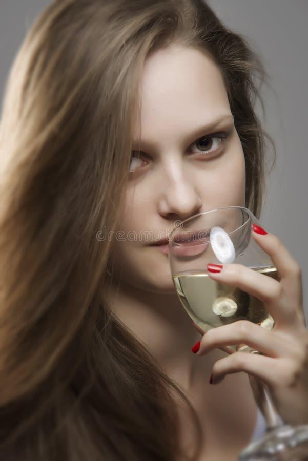 Retrato de la mujer sensual con el vidrio de consumición hermoso largo del pelo de vino blanco fotografía de archivo libre de regalías