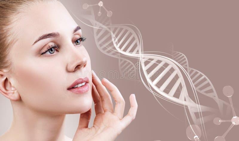 Retrato de la mujer sensual en cadenas de la DNA fotografía de archivo libre de regalías