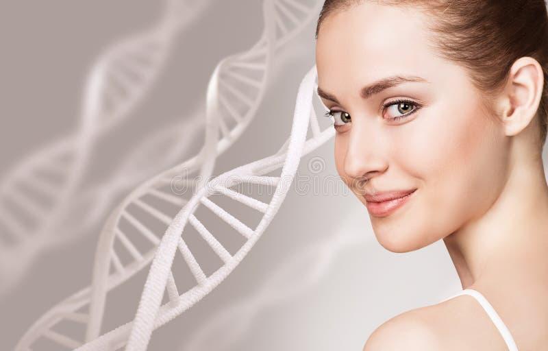Retrato de la mujer sensual entre cadenas de la DNA fotos de archivo libres de regalías