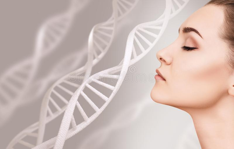 Retrato de la mujer sensual entre cadenas de la DNA imagen de archivo libre de regalías
