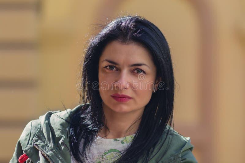 Retrato de la mujer seria en la calle fotografía de archivo