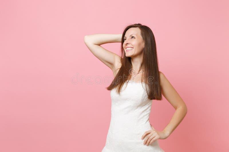 Retrato de la mujer soñadora alegre de la novia en la situación blanca elegante del vestido que se casa y de la mano de la custod fotos de archivo libres de regalías