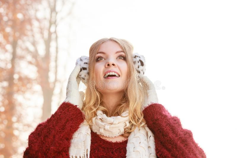 Retrato de la mujer sonriente bonita en orejeras imágenes de archivo libres de regalías