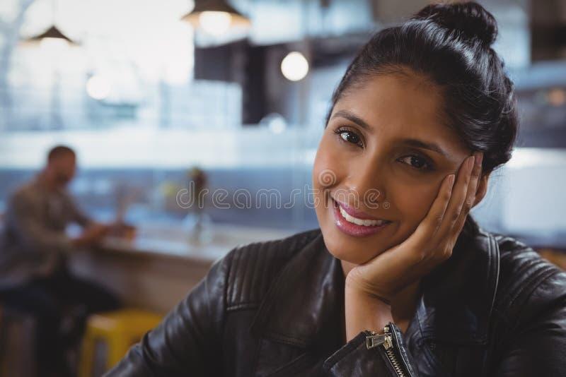 Retrato de la mujer sonriente con el amigo en fondo fotografía de archivo libre de regalías