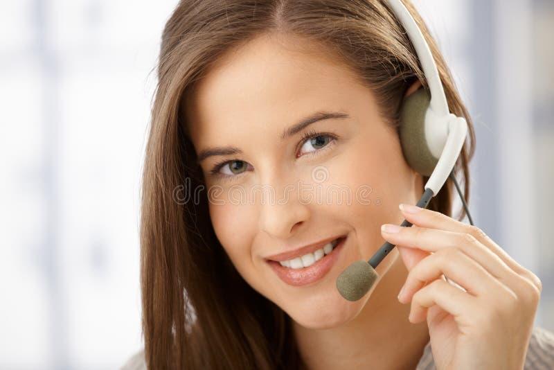 Retrato de la mujer sonriente con el receptor de cabeza imagen de archivo