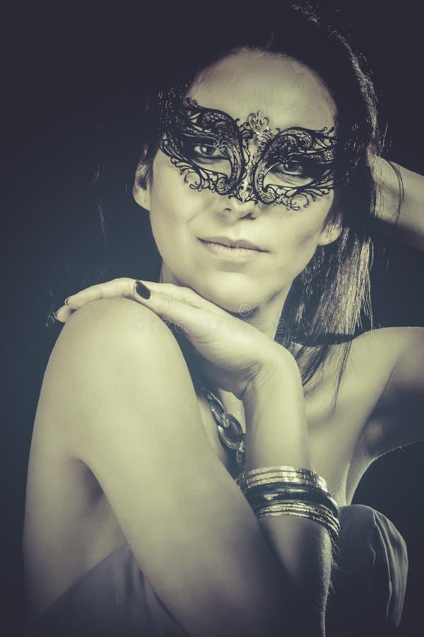 Download Retrato De La Mujer Sonriente Con La Máscara Veneciana, Efectos Azules Imagen de archivo - Imagen de erótico, modelo: 44853461