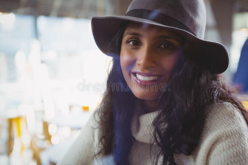 Retrato de la mujer sonriente en café imagenes de archivo
