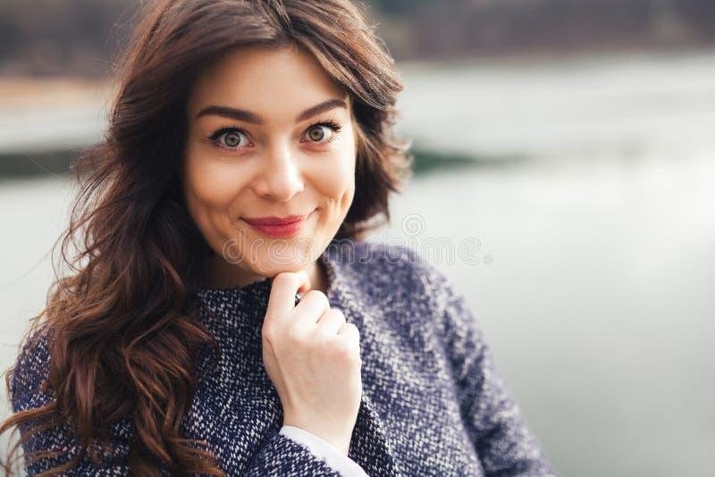 Retrato de la mujer sonriente encantadora hermosa fotografía de archivo libre de regalías