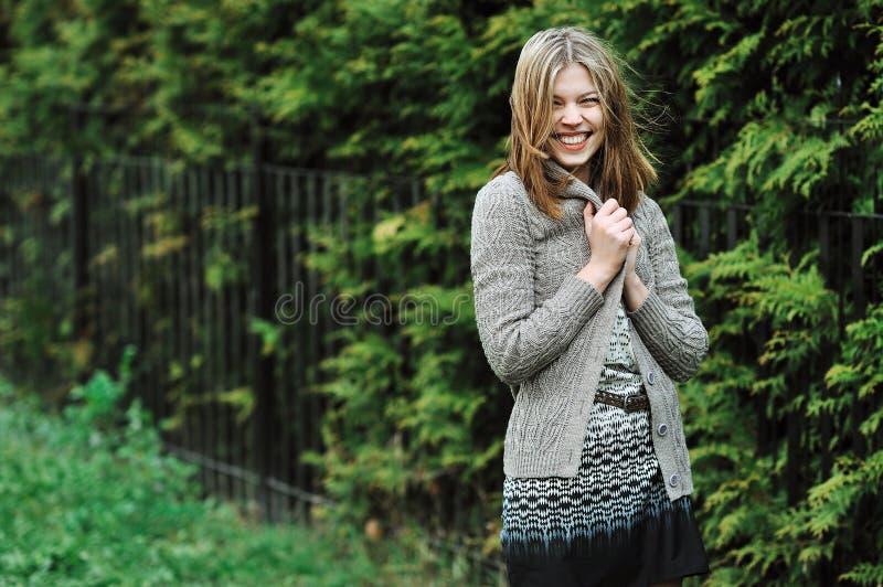 Retrato de la mujer sonriente feliz joven al aire libre imagen de archivo libre de regalías