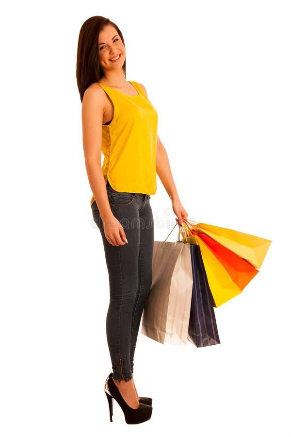 Retrato de la mujer sonriente feliz joven con los bolsos de compras, isolat imagen de archivo