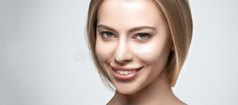 Retrato de la mujer sonriente feliz joven hermosa foto de archivo libre de regalías