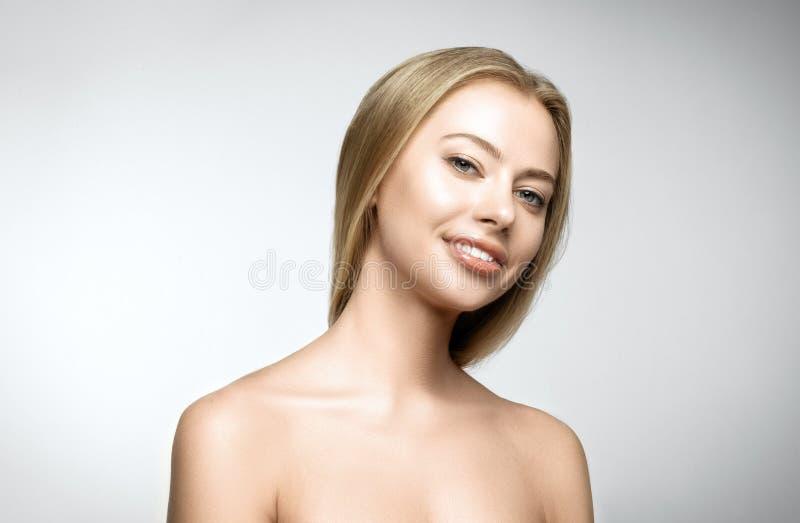 Retrato de la mujer sonriente feliz joven hermosa foto de archivo