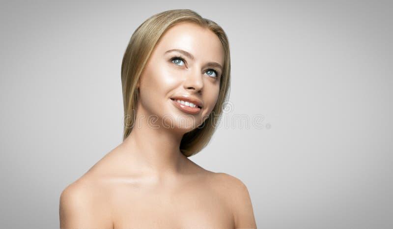 Retrato de la mujer sonriente feliz joven hermosa imagenes de archivo