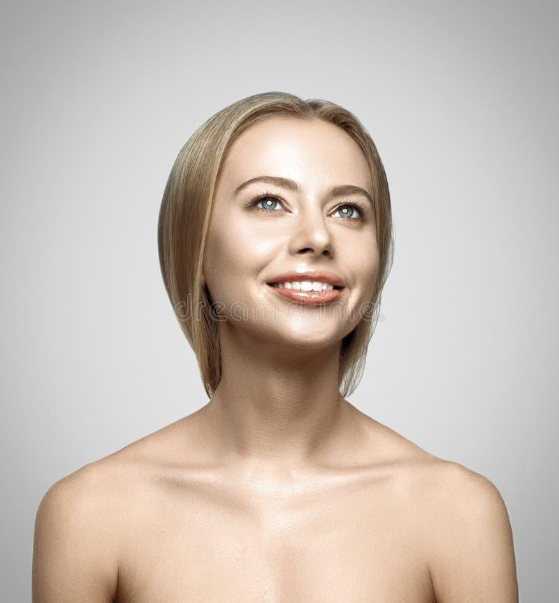 Retrato de la mujer sonriente feliz joven hermosa imagen de archivo libre de regalías