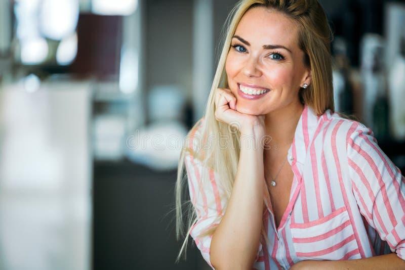 Retrato de la mujer sonriente feliz joven hermosa con el pelo largo imagenes de archivo